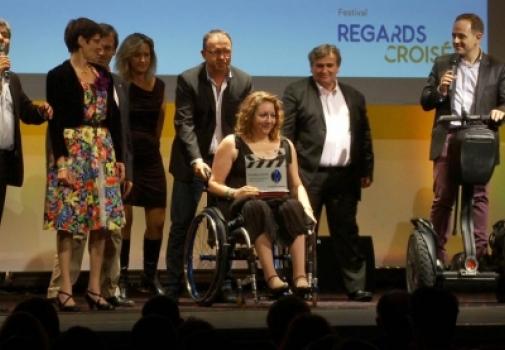 image d'une personne sur scène recevant un prix