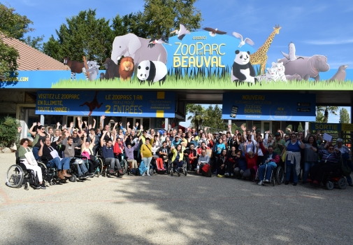 personnes devant le zoo parc de beauval pendant le rallye 2017