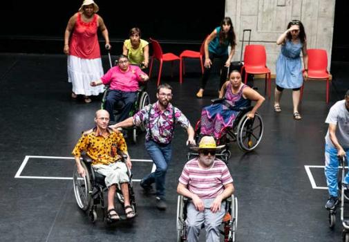 photo de personnes en situation de handicap sur une scène de théâtre