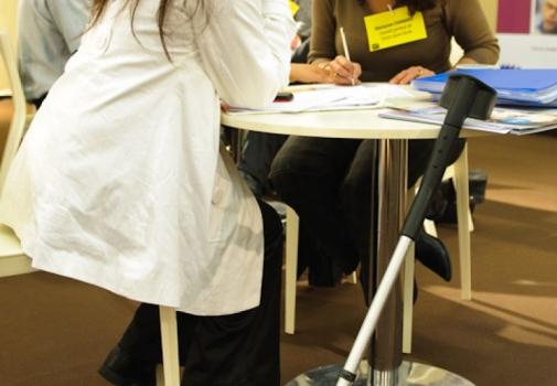 jeune femme en situation de handicap en plein entretien d'embauche