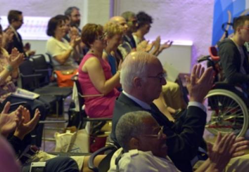 personnes dans l'assemblée applaudissant
