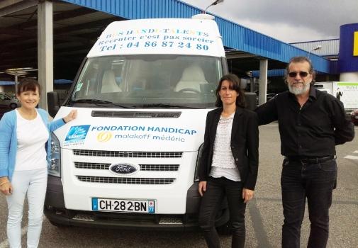 photo du bus et des trois porteurs du projet