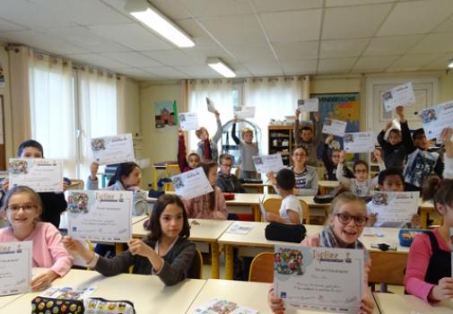 Diplôme-Handi'mallette-des-enfants-dans-une-salle-de-classe.jpg