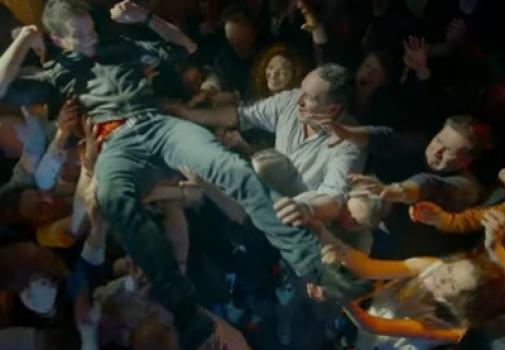 personne handicapée se faisant porter lors d'un concert