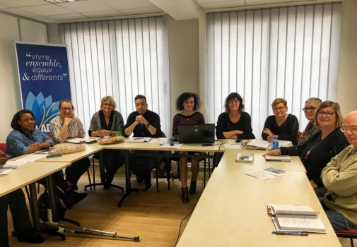 photo de tous les participants réunis autour de la table de réunion