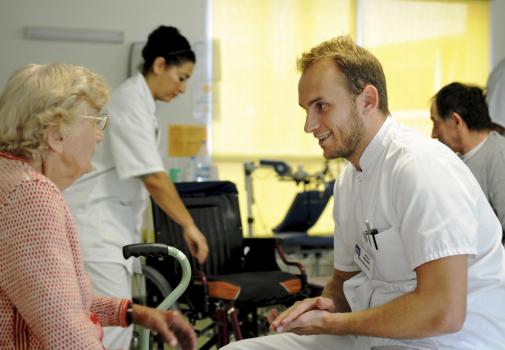 Un soignant discute avec une personne accompagnée.