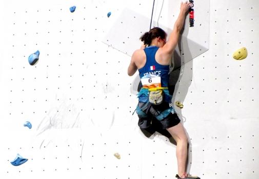 Lucie sur un mur d'escalade