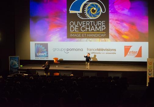 image de l'écran de cinéma sur lequel est projeté le logo d'ouverture de champ