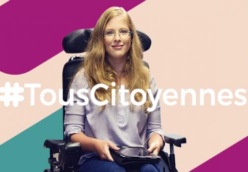 Jeune fille souriante dans un fauteuil avec la mention #TousCitoyennes