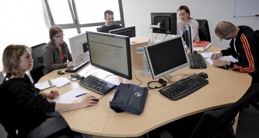 personnes autour d'ordinateurs