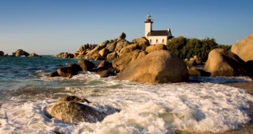 visuel de la côte bretonne avec un phare