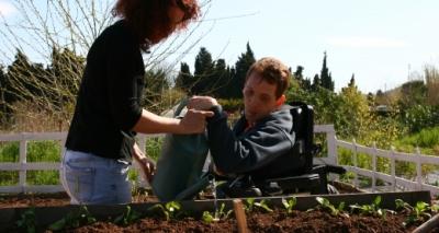 personne handicapée en train de jardiner