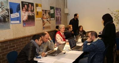 photo de personnes travaillant ensemble sur un ordinateur lors d'un Forum