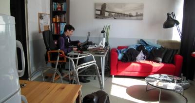 Jeune homme autonome dans son appartement à LADAPT Institut du Mai