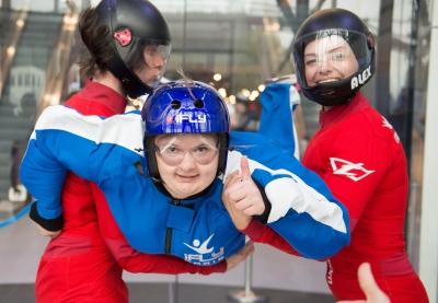 photo d'une femme heureuse pendant son bapteme de chute libre indoor
