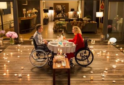 image tirée du film dans laquelle Franck Dubosc et Alexandra Lamy partage un repas romantique