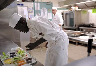 Jeune homme entrain de cuisiner