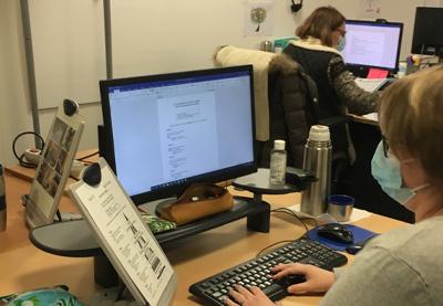 photo d'une personne travaillant devant son pc