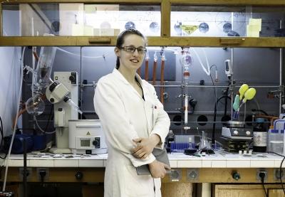 photo de lucie jarrige dans son laboratoire