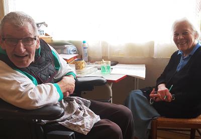 deux personnes souriantes