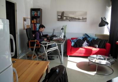 photo d'un jeune homme dans son appartement
