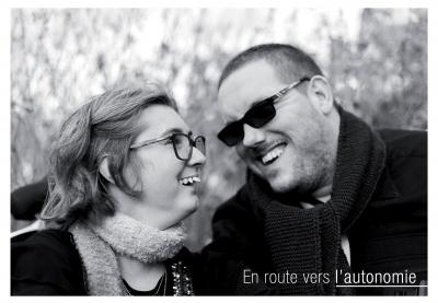 léa et fabrice se regardent souriants