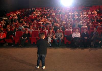 krystoff fluder devant son public en train de jouer