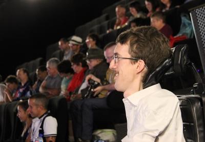 personnes en train de regarder un écran de cinéma