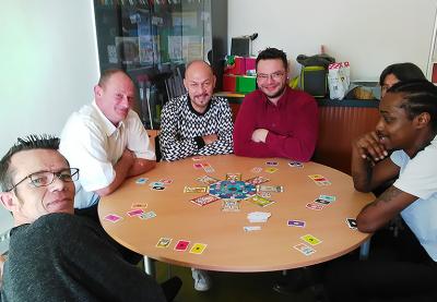 personnes en situation de handicao jouant ensemble autour d'une table