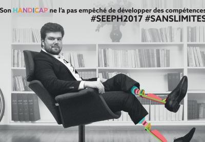 photo de l'ambassadeur olivier pleindoux sur laquelle il est assis en costume noir et ses protheses ressortent en couleurs