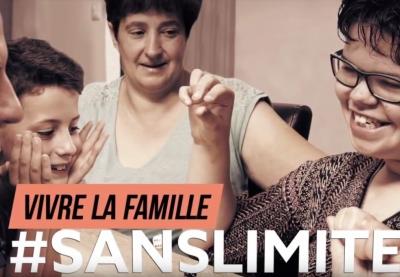 image du visuel vivre la famille sans limites dans lequel une jeune fille handicapée joue avec sa famille à un jeu