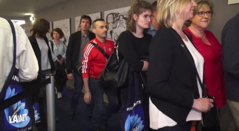 image du public entrant dans la salle