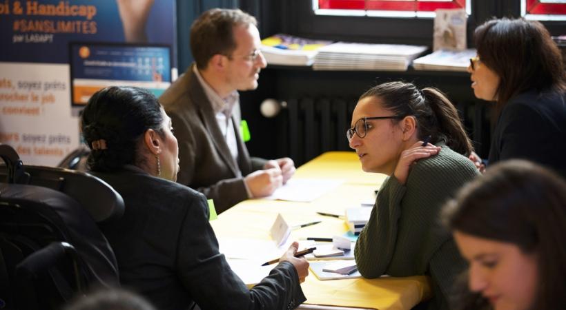 une femme handicapée candidate discute avec une entreprise