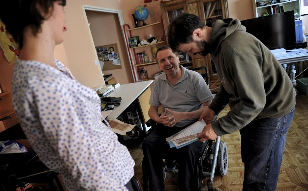 image de trois personnes souriantes ensemble