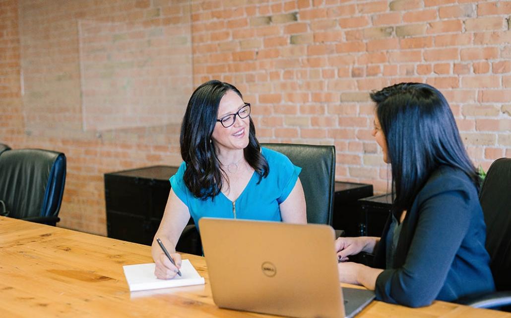 Deux femmes discutant devant un ordinateur