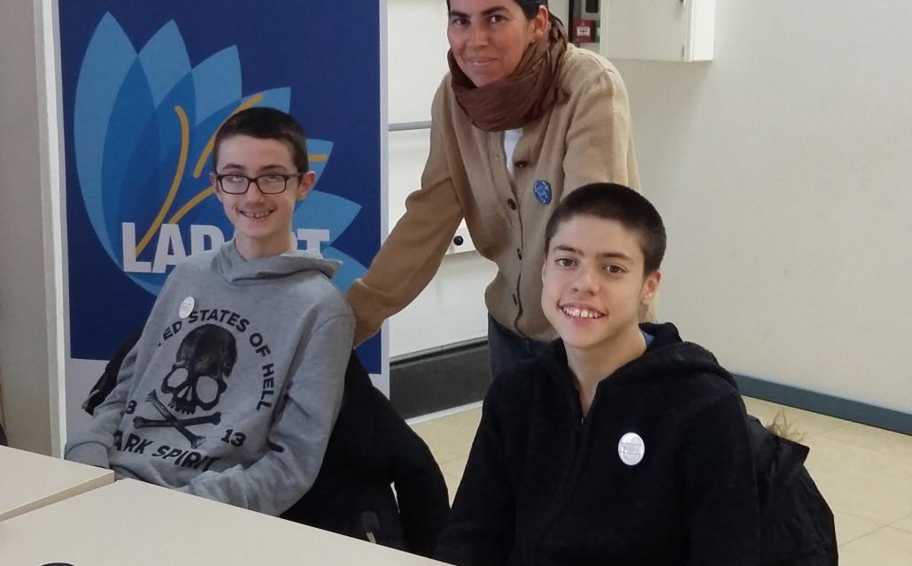 jeunes handicapés devant un stand de LADAPT