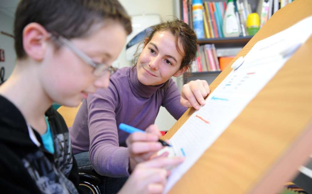 jeune femme aidant un enfant handicapé