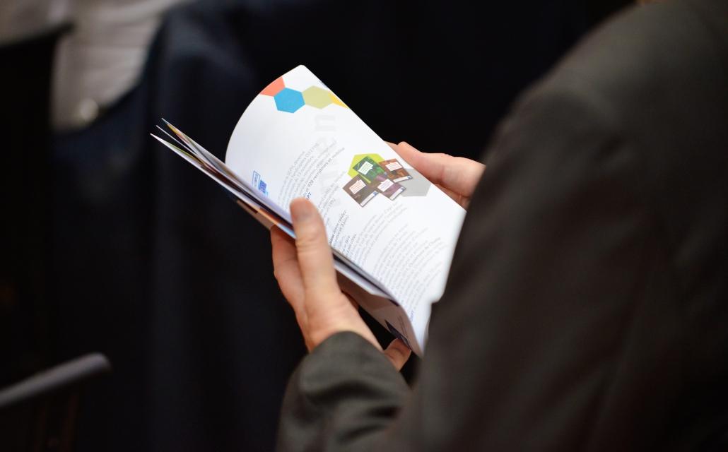 image d'une personne tenant un livret dans sa main