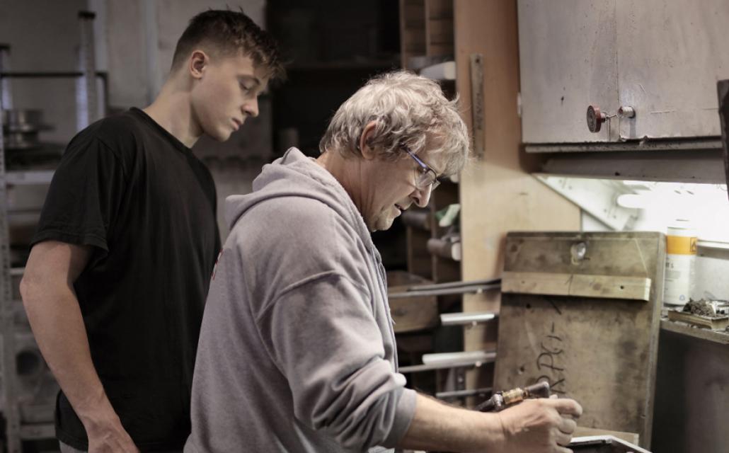 Un apprenti travaille avec son maître de stage