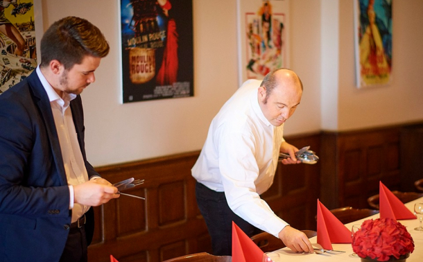 photo d'une personne en situation de handicap travaillant dans un restaurant