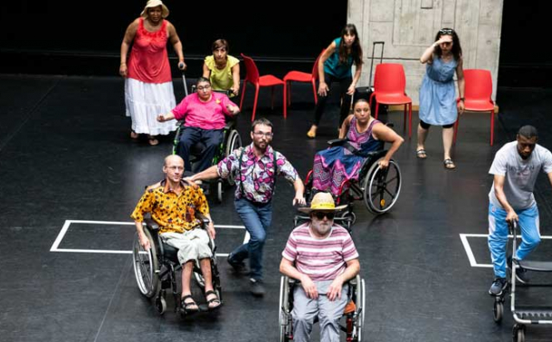 photo d'un spectacle porté par des personnes en situation de handicap