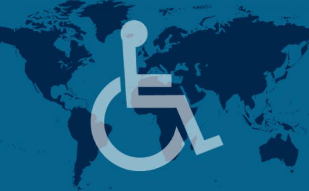 picto d'une personne en fauteuil roulant sur un fond de planisphère