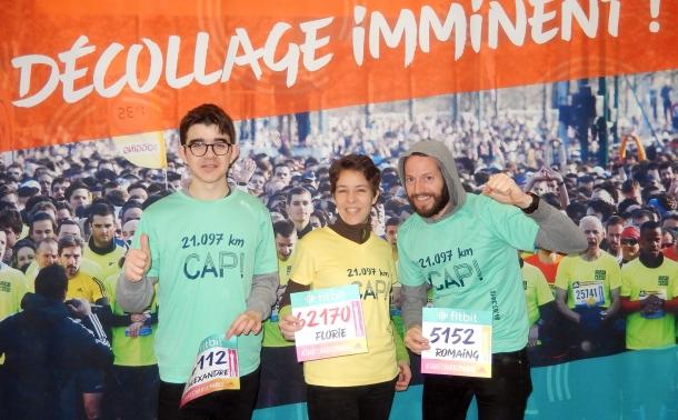 trois coureurs s'appretant à prendre le départ d'une course au profit de LADAPT