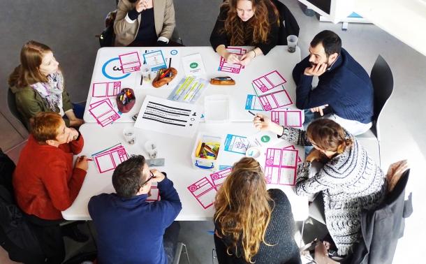 personnes autour d'une table en coconstruction