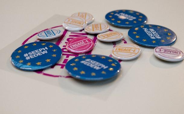 badges sur lesquels il est inscrit la traduction anglaise de la SEEPH