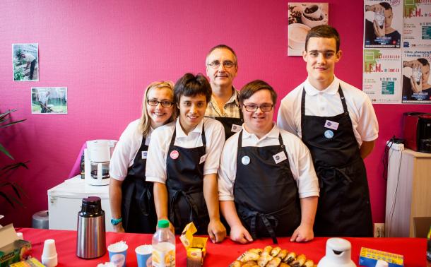 photo d'enfants handicapés souriants venant de faire de la cuisine ensemble