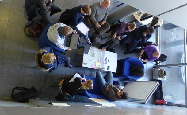 photo de personnes autour d'une table