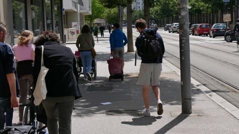 Personnes en fauteuil se déplaçant dans les rues