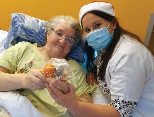 Une personne accompagnées posant avec une professionnelle de la santé de LADAPT.jpg