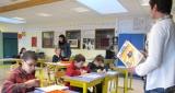 Salle de classe avec élèves et professeurs